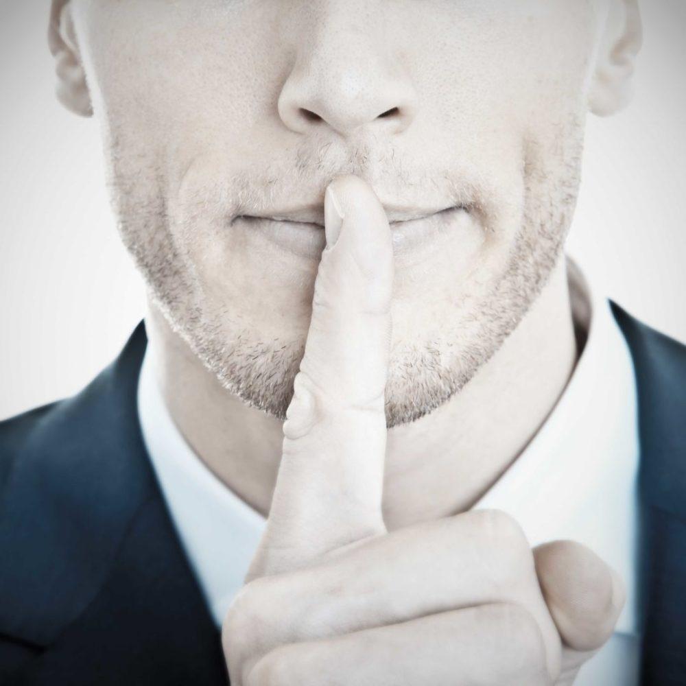 Top Secret - Geschäftsmann mit Finger vor Mund21